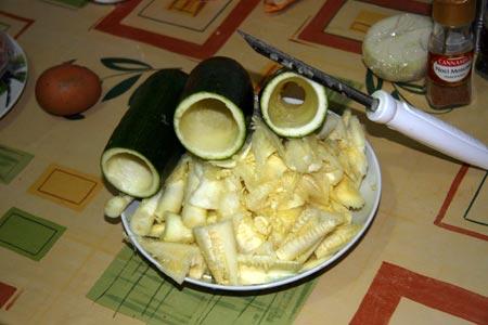 Tagliamo e svuotiamo le zucchine