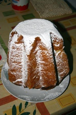 Pandoro ricoperto di zucchero a velo
