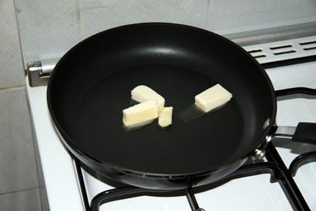 Sciogliamo il burro in padella
