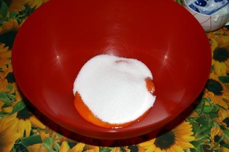 Mischiamo lo zucchero ai tuorli
