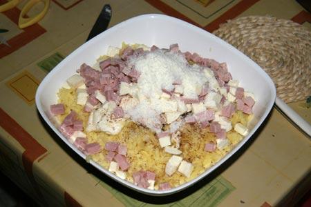 Aggiungiamo il prosciutto, la mozzarella, l'uovo e il parmigiano