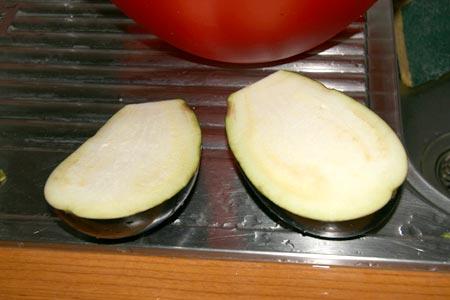 Dividiamo a metà le melanzane