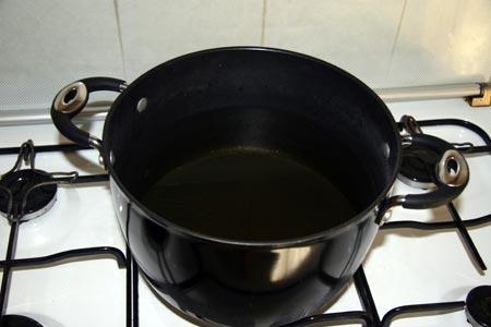 Mettiamo a bollire l'aceto con l'acqua