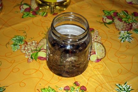 Riempiamo i vasetti con le melanzane aggiungendo l'olio