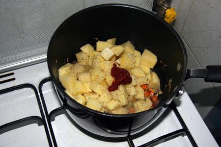 Aggiungiamo le patate le spezie e il concentrato di pomodoro