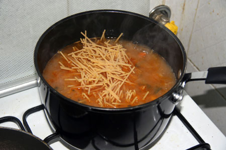 Mettiamo la pasta nella minestra a cuocere