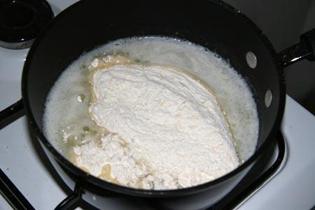 Aggiungiamo la farina setacciata