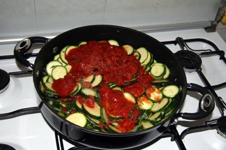 Aggiungiamo il pomodoro, sale e pepe