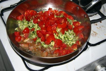 Aggiungiamo le zucchine e i pomodorini