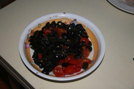 Condiamo i pomodorini e le olive